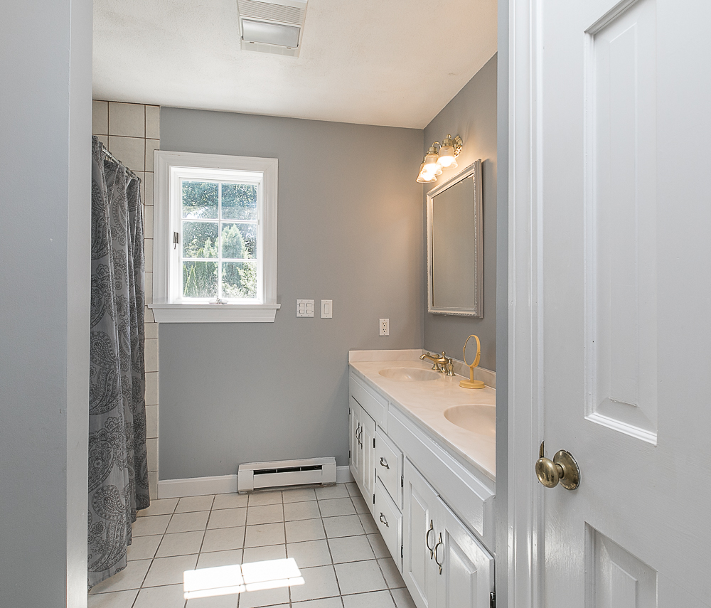 Shared bathroom 10 Farrington Lane Hamilton Massachusetts